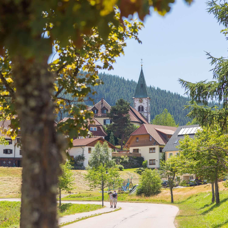 Traumlage – das Schwarzenbach Feldberg liegt nur wenige Gehminuten von der Kirche entfernt