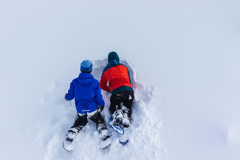 Direkt vorm Schwarzenbach spielen Kinder im Schnee